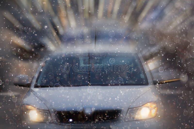 Ville avec des voitures de tache floue de mouvement photos libres de droits