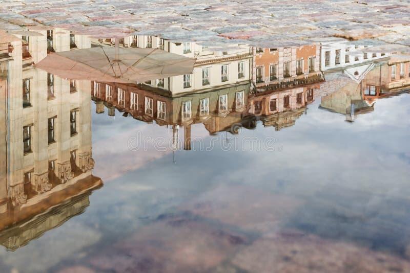Ville baltique Riga se reflétant dans l'eau photographie stock libre de droits