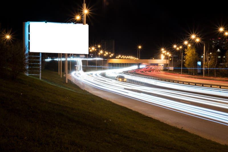 Ville bilatérale de nuit de route de grand panneau d'affichage vide photographie stock