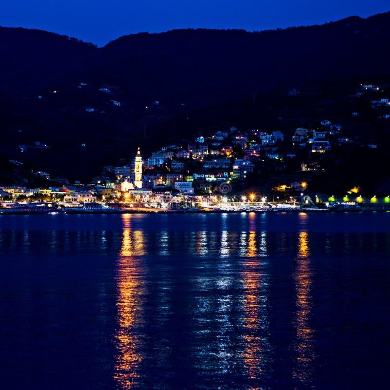 Ville côtière de Moneglia, Cinque Terre par nuit photos stock
