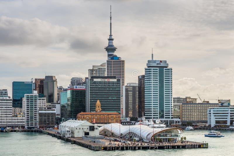 Ville CBD d'Auckland, tour de ciel et bord de mer avec le ciel dramatique image libre de droits