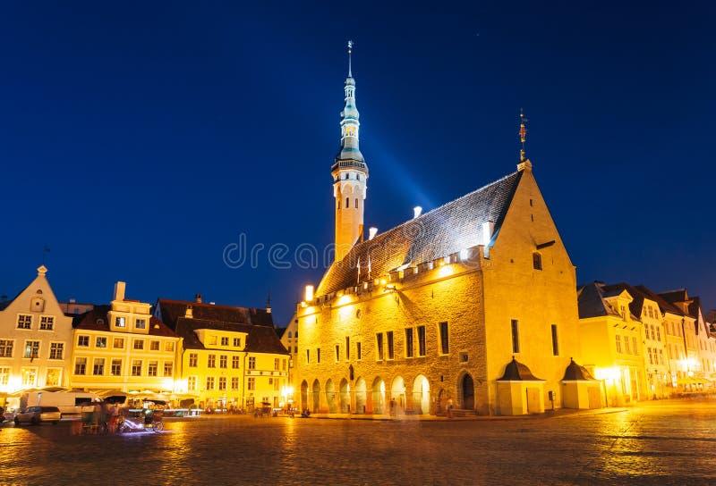 Ville centrale Hall Square de Tallinn par nuit (Raekoja plats) image libre de droits