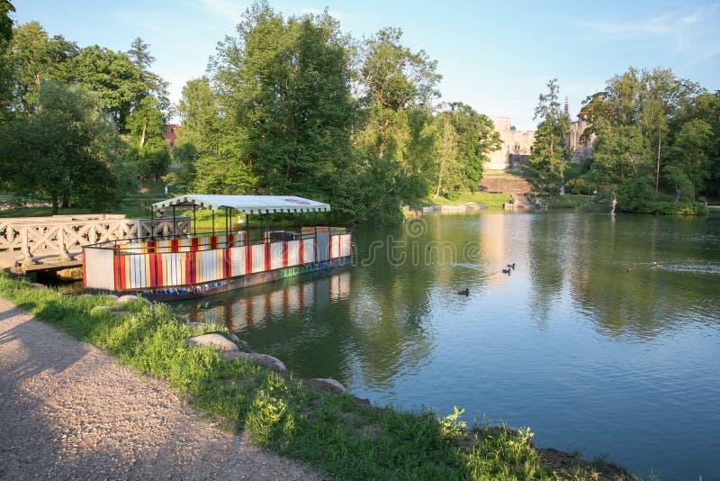 Ville Cesis, R?publique letton Étang de ville avec le bateau Rues et parc de ville 22 06 2019 photo stock