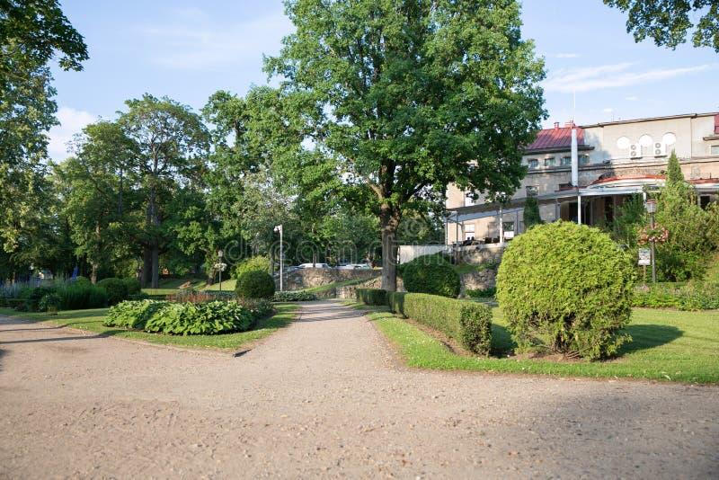Ville Cesis, R?publique letton Rues et parc de ville Tout est fleurissant et vert autour 22 06 2019 images stock