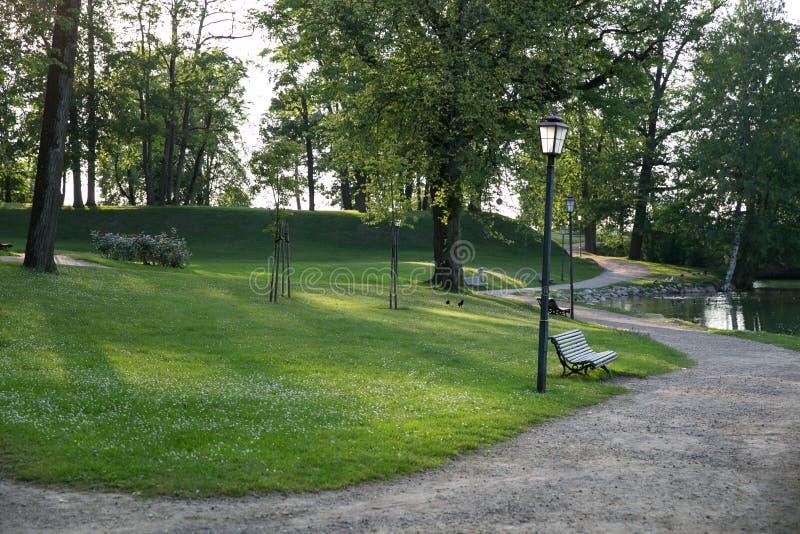 Ville Cesis, R?publique letton Rues et parc de ville Tout est fleurissant et vert autour 22 06 2019 photographie stock