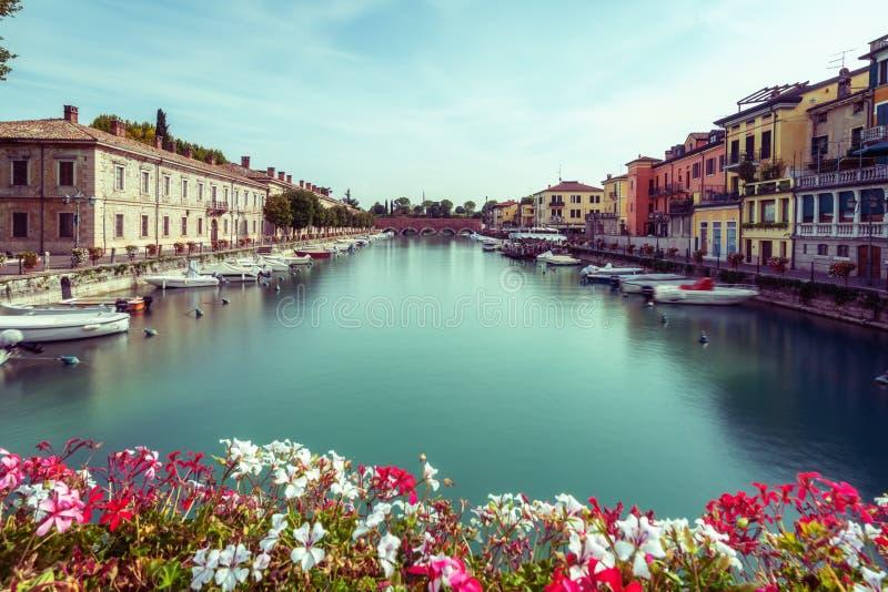 Ville color?e de Peschiera del Garda en Italie image stock
