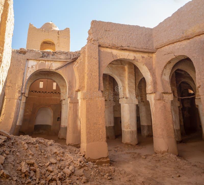 Ville désertique de Hamid, village marocain avec dunes de sable et ancienne mosquée musulmane en Afrique du Nord, vieilles rues é image libre de droits