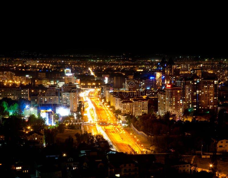 Ville d'Almaty de nuit image stock