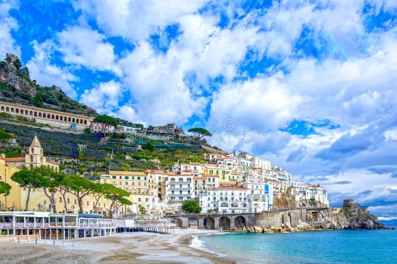 Ville d'Amalfi sur la côte en Italie, par méditerranéen et x28 ; Tyrrhenian& x29 ; Mer image libre de droits