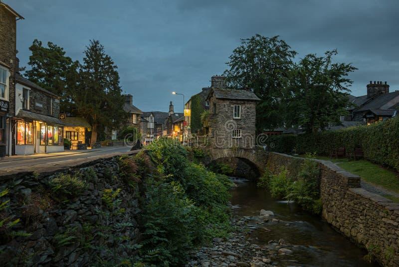 Ville d'Ambleside, secteur anglais de lac la nuit image stock