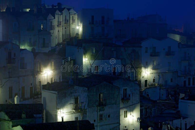Ville d'Angelo de ` de Monte Sant dans Foggia, péninsule de Gargano en Italie Scène de nuit avec de vieux bâtiments avec des lumi images libres de droits