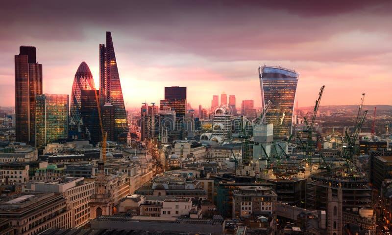 Ville d'aria de Londres, d'affaires et d'opérations bancaires Le panorama de Londres dans l'ensemble du soleil photographie stock libre de droits
