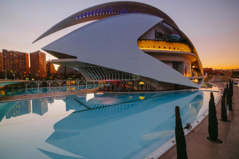 Ville d'art et de science pendant le susnset chaud à Valence, Espagne images libres de droits