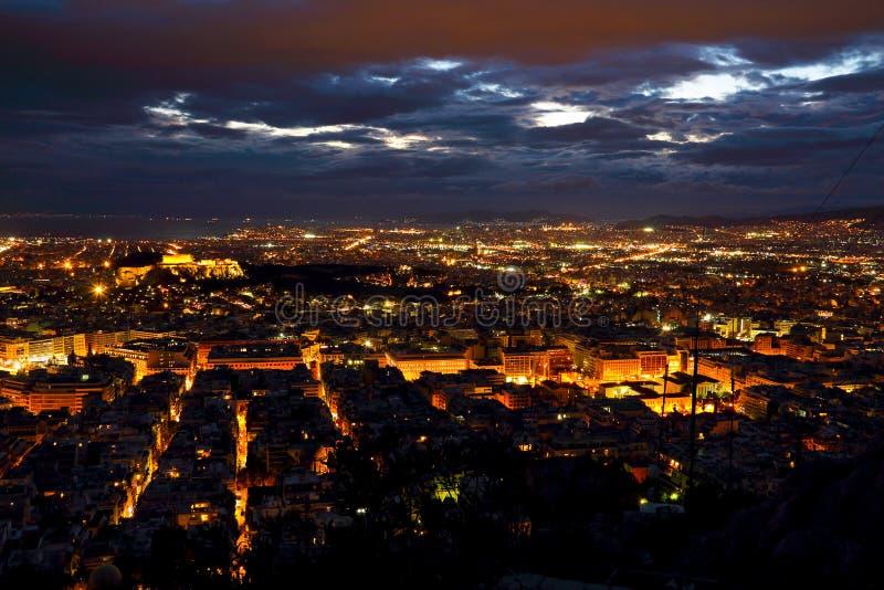 Ville d'Athènes de colline de Lycabettus la nuit photos stock