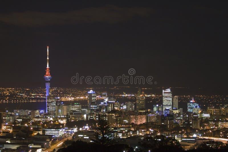 Ville d'Auckland et tour de ciel à N photographie stock