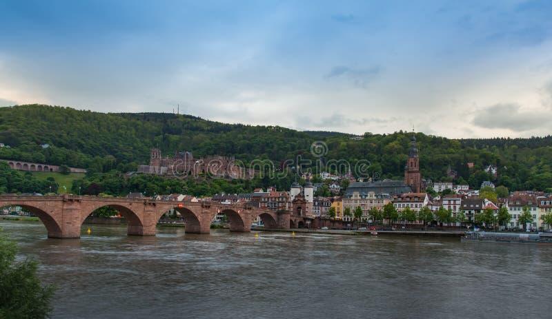 Ville d'Heidelberg de l'autre côté de la rivière photographie stock libre de droits