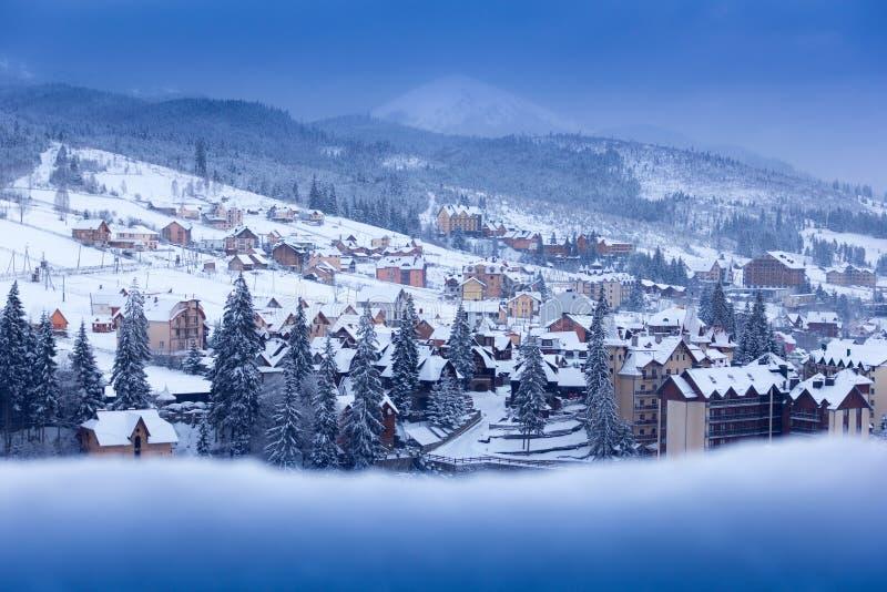 Ville d'hiver dans les montagnes photo stock