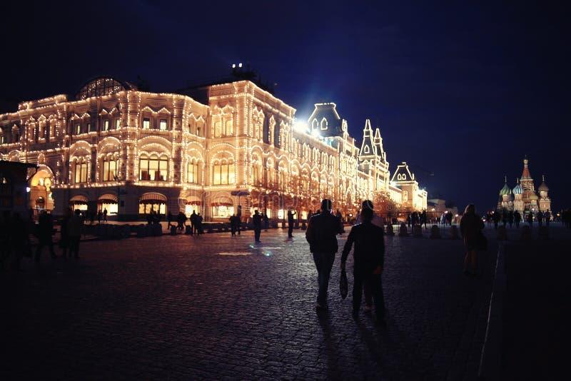 Ville d'hiver de nuit de Noël photos stock