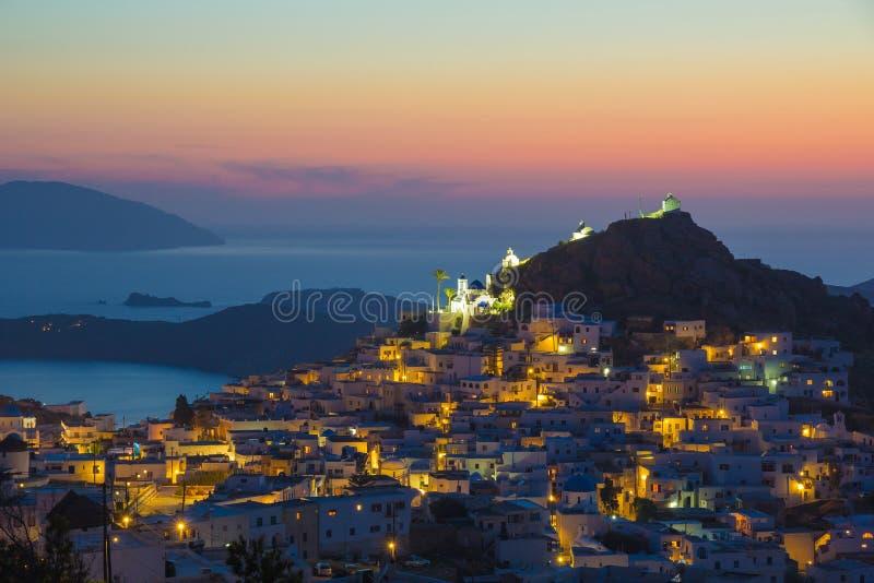 Ville d'IOS Hora pendant le coucher du soleil, île d'IOS, Cyclades, égéennes, Grèce photos libres de droits
