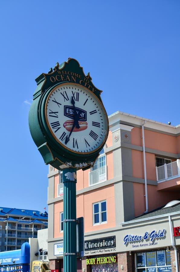 Ville d'océan, le Maryland - 3 avril 2018 : L'horloge analogue classique sur la promenade de ville d'océan donne à des visiteurs  photo stock
