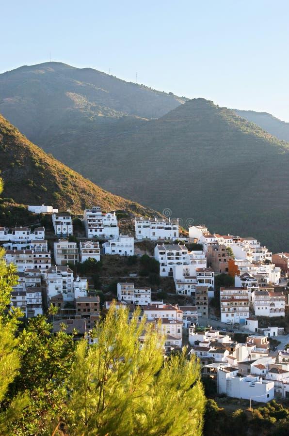 Ville d'Ojen près de Marbella en début de la matinée de l'Espagne photo stock