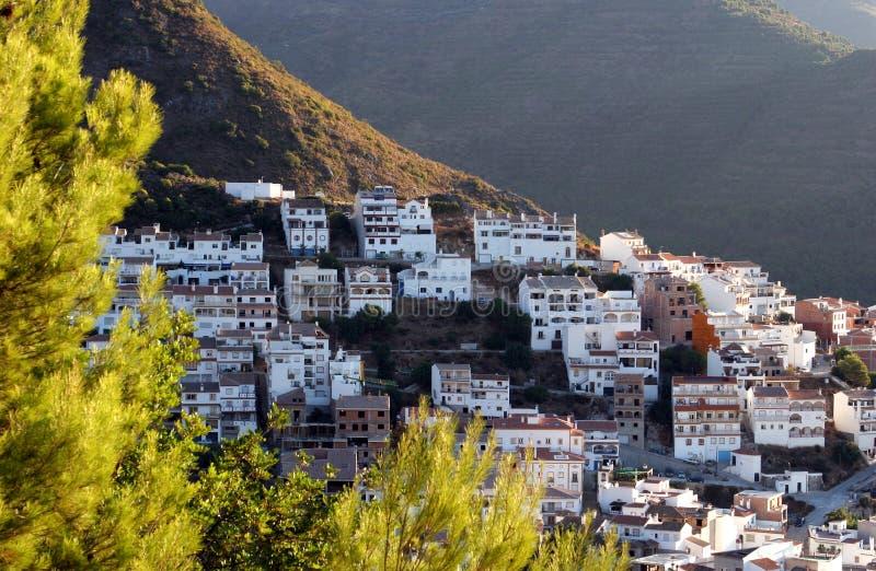 Ville d'Ojen près de Marbella en début de la matinée de l'Espagne image stock