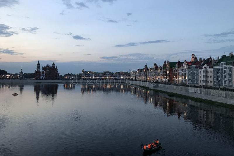 Ville d'Ola de Yoshkar Mari El, Russie Remblai de Bruges dans la ville d'Iochkar-Ola la nuit images stock