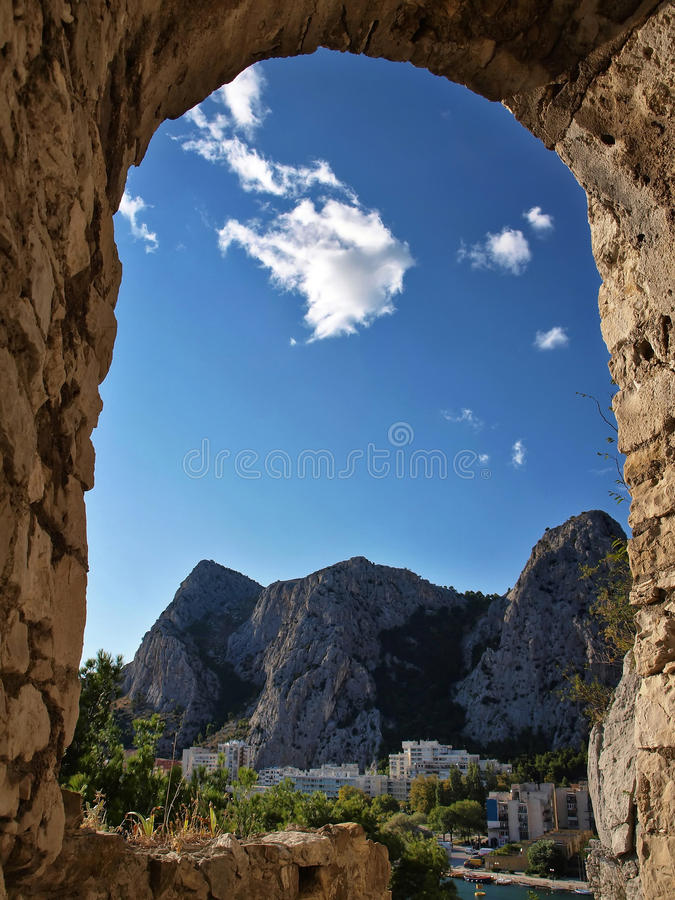 Ville d'Omis (Croatie) photos stock