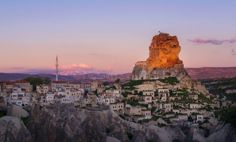 Ville d'Ortahisar au coucher du soleil Cappadocia, province de Nevsehir La Turquie images libres de droits