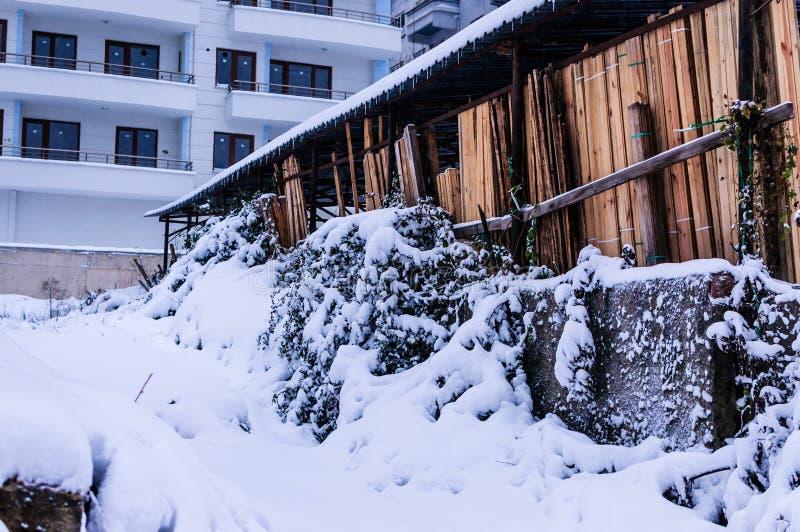Ville dans la neige d'hiver image stock