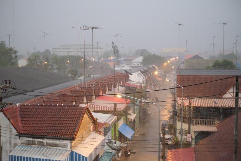 Ville dans le jour pluvieux photos libres de droits