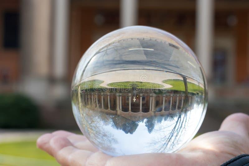 ville dans une boule de cristal images libres de droits