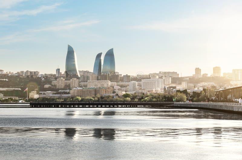 Ville de Bakou au coucher du soleil Vue panoramique de l'horizon avec le boulevard de mer, la jetée et les tours de flamme à l'ar photos stock