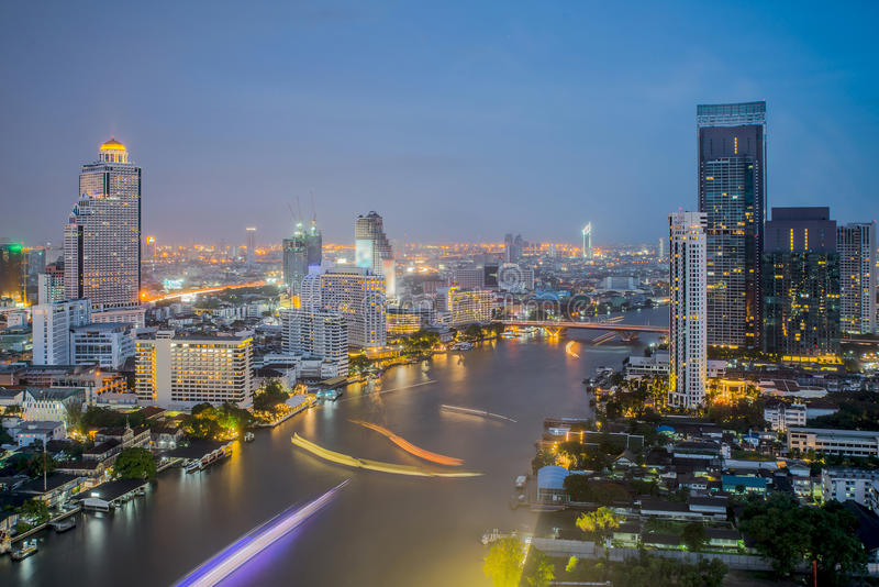 Ville de Bangkok à la nuit, à l'hôtel et au secteur résident dans le capit image stock