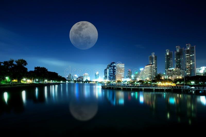 Ville de Bangkok au temps crépusculaire image stock