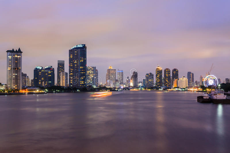 Ville de Bangkok au temps crépusculaire, vue de Chao Phraya River, Thailan photo stock