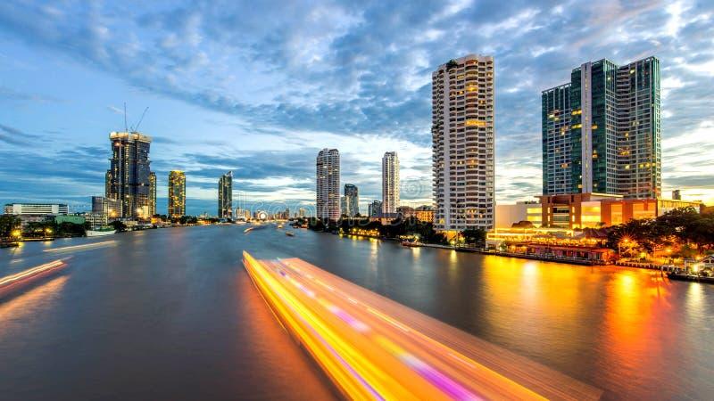 Ville de Bangkok - belle courbe Chao Phraya River de coucher du soleil photographie stock libre de droits