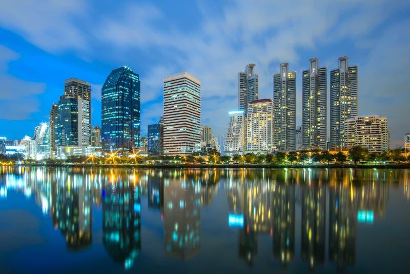 Ville de Bangkok - zone urbaine du centre de district des affaires de paysage urbain la nuit, paysage de réflexion photo libre de droits