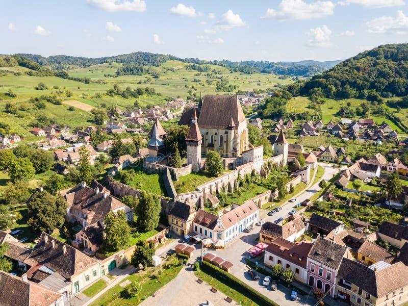 Ville de Biertan et église enrichie évangélique luthérienne i de Biertan photos libres de droits