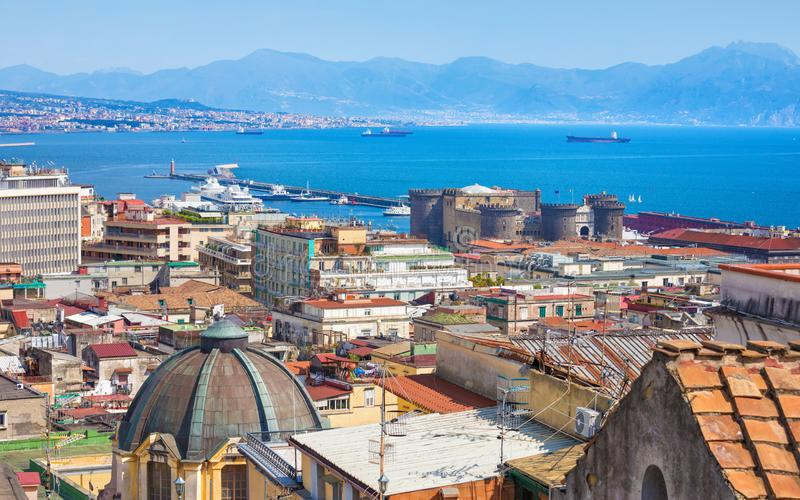 Ville de bord de la mer Naples et baie de Naples, Italie image libre de droits