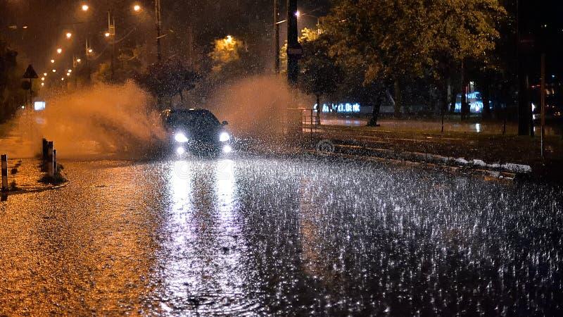 Ville de Bucarest après forte pluie pendant l'heure d'été photos libres de droits