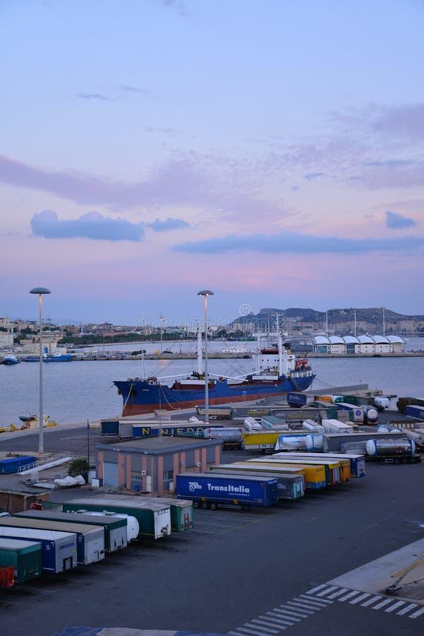 Ville de Cagliari, Sardaigne, Italie Vue du port au crépuscule photographie stock libre de droits