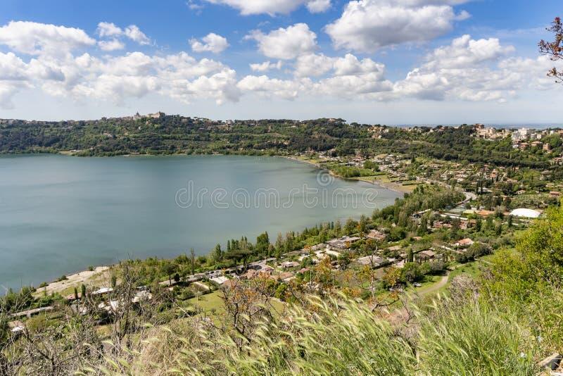 Ville de Castel Gandolfo situ?e pr?s du lac Albano, Latium, Italie photos stock