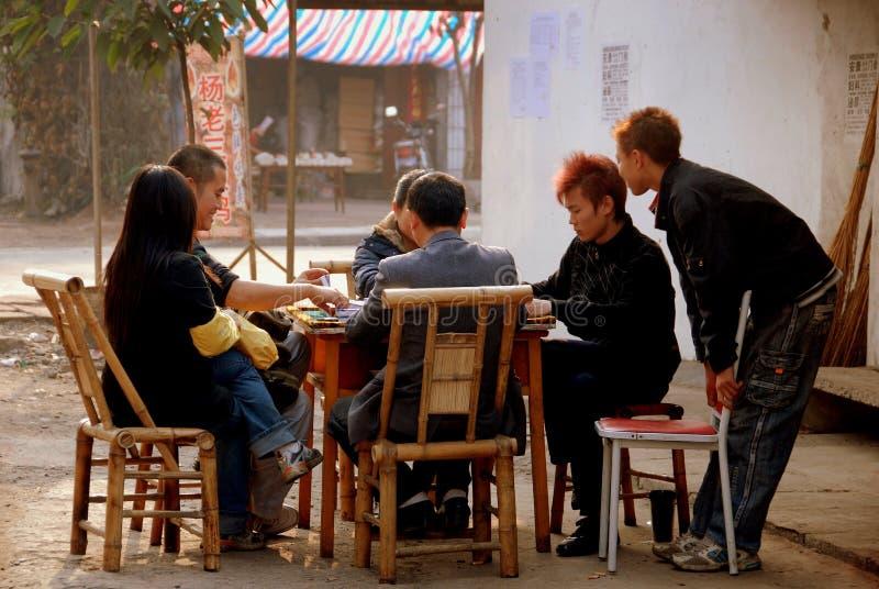Ville de Chi de Jiu, Chine : Amis jouant Mahjong photographie stock