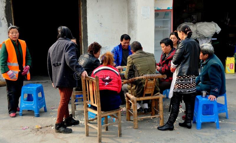Ville de Chi de Jiu, Chine : Cartes de jeu de gens photo stock
