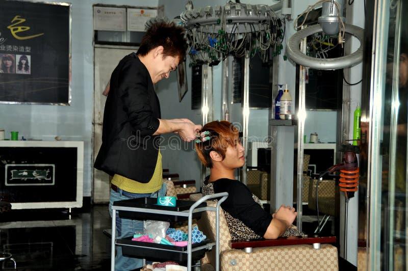 Ville de Chi de Jiu, Chine : Styliste de cheveu au travail image stock