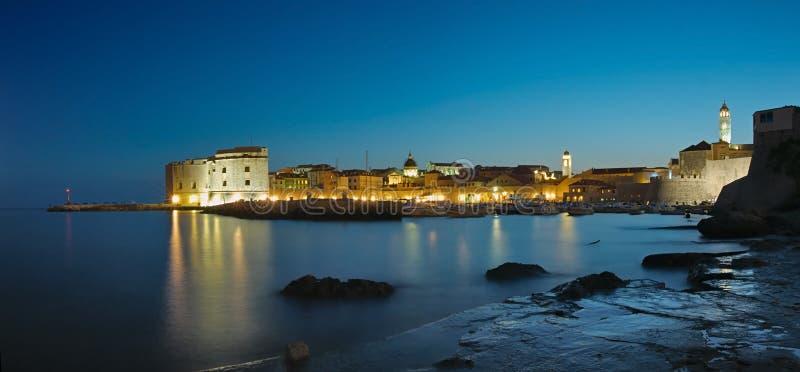Ville de Dubrovnik la nuit photo libre de droits