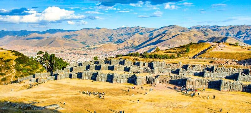 Ville de fort Sacsayhuaman et de Cuzco sur le backgroudn le jour ensoleillé, Pérou image libre de droits