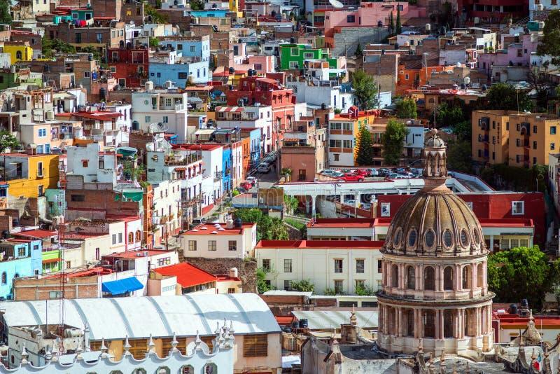 Ville de foule et bâtiment colorés coloniaux de l'histoire de extraction argentée, Mexique, Américain photographie stock