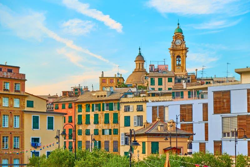 Ville de Gênes au coucher du soleil photos stock